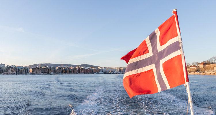 Norwegenflagge vor osloer Hafen